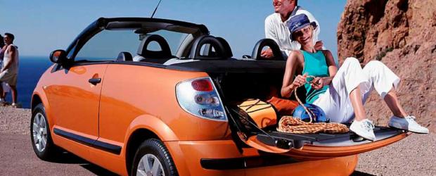 Мужчина и женщина около оранжевого автомобиля
