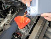 Мастер заливает масло в двигатель