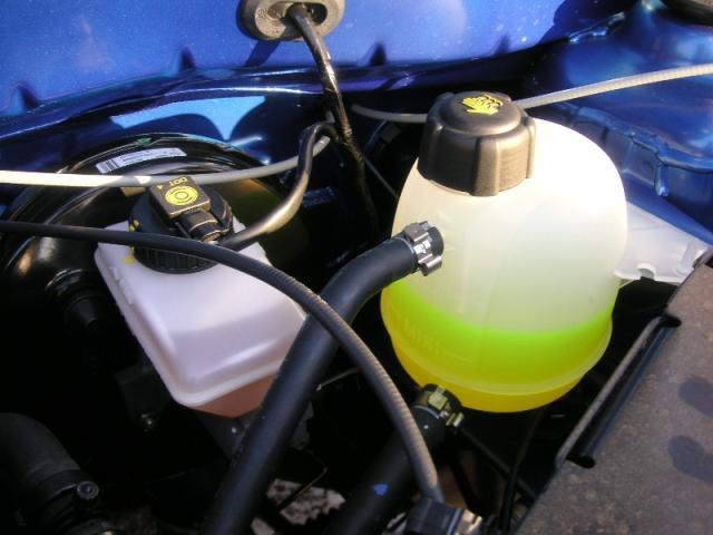 Расширительный бачок системы охлаждения в моторном отсеке