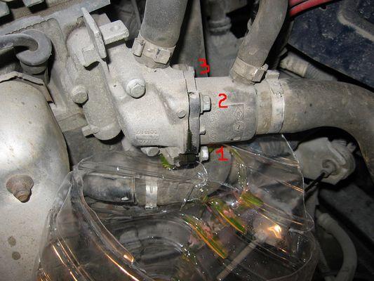 Вид патрубков системы охлаждения Рено Логан
