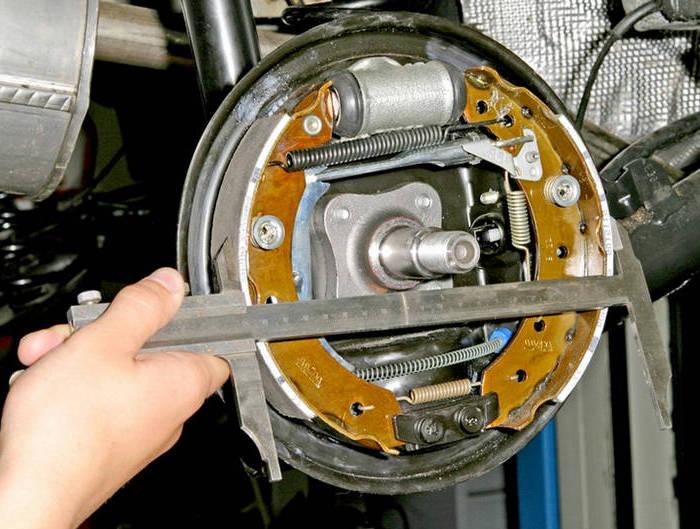 Измерение расстояния между поверхностями тормозных колодок штангенциркулем
