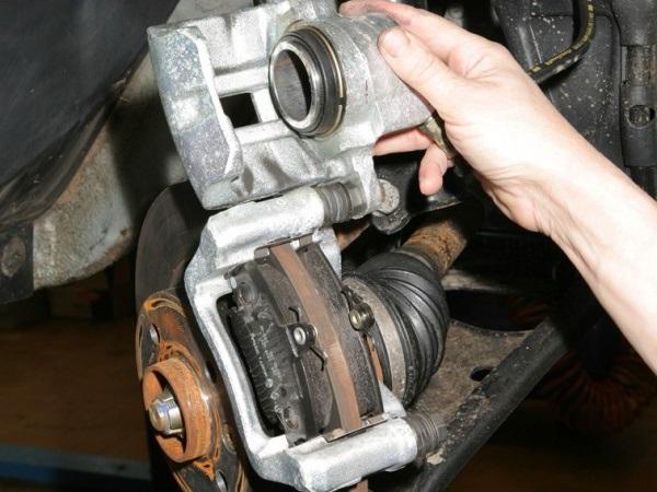 Замена передних тормозных колодок на рено логан