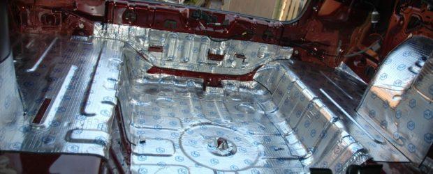 Укладка шумоизоляционного материала в автомобиль