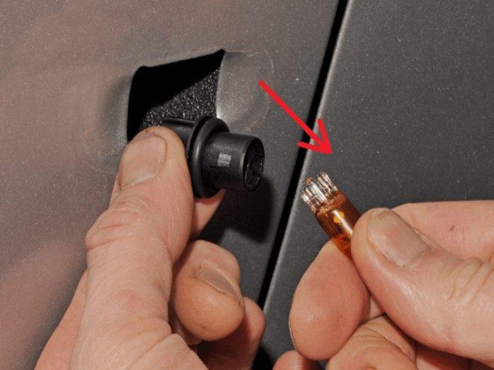 Замена лампы дублирующего указателя поворота